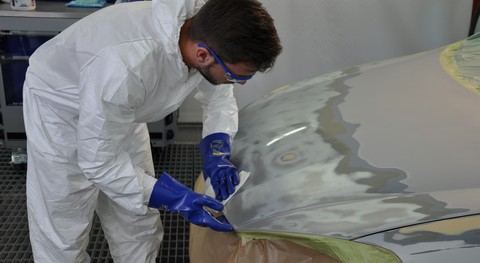 Step 1: The Priomat Reactive Pretreatment Wipes 4000 provides excellent adhesion and corrosion protection