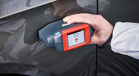 4. MEASURE. Check the car and ColorDialog Phoenix temperature (should be 15°C–30°C). Calibrate using the white and blue tiles if requested, then take your measurement.